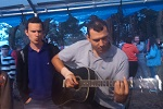 Дима Стасилевич развлекает публику после служения (19.07.2014)